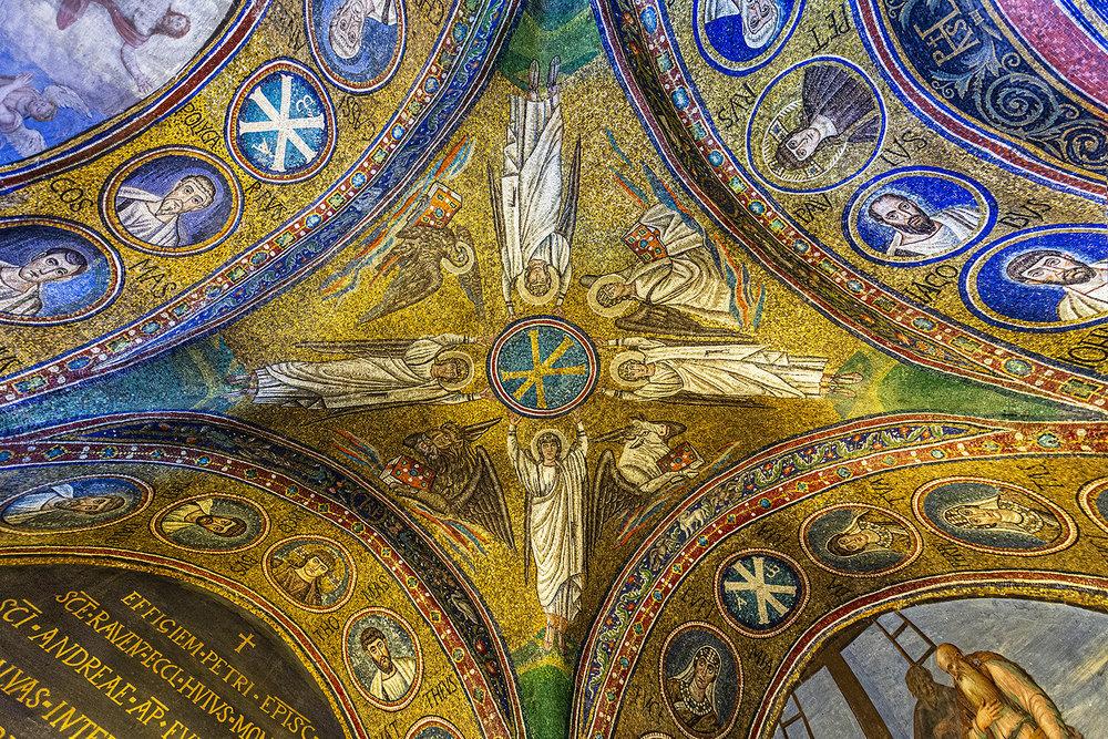 04 Cupola Con I 4 Arcangeli Che Reggono Il Simbolo Di Cristo